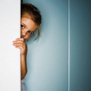 Застенчивый ребенок. В чем причины? Чем ему помочь?