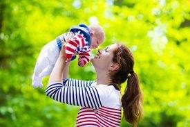 Нужно ли воспитывать новорожденного ребенка?
